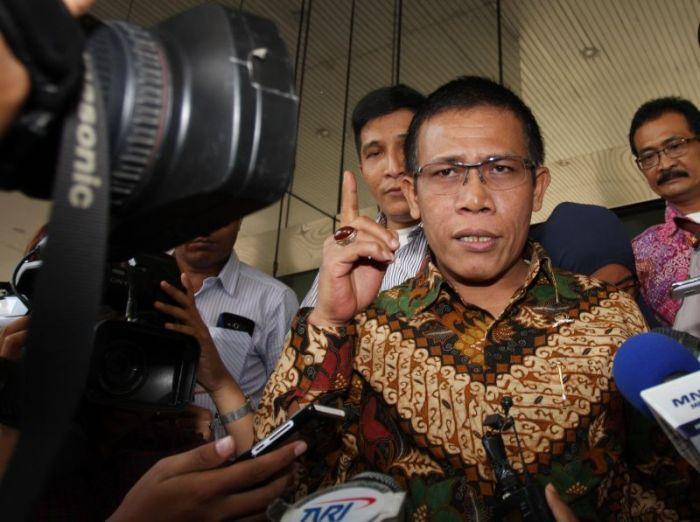 Anggota Komisi III DPR RI Fraksi PDIP Masinton Pasaribu (tengah) menjawab pertanyaan wartawan saat tiba di Gedung KPK, Jakarta,